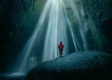Ragazza su roccia enorme in cascata di Gljufrabui a sud Islanda immagine stock