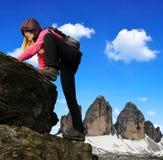 Ragazza su roccia, nei precedenti Tre Cime di Lavaredo fotografia stock libera da diritti