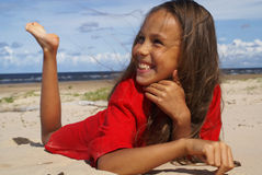 Ragazza su sabbia di mare Fotografie Stock Libere da Diritti