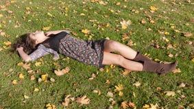 Ragazza su un'erba Fotografia Stock