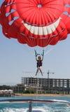 Ragazza su un paracadute dell'acqua fotografia stock