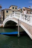 Ragazza su un ponticello a Venezia Fotografia Stock Libera da Diritti