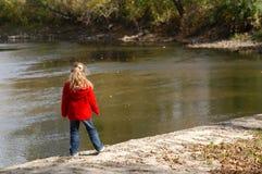 Ragazza su un Riverbank Fotografia Stock