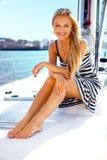 Ragazza su un yacht Fotografie Stock Libere da Diritti