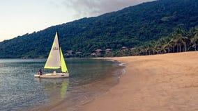 Ragazza su una barca a vela del laser immagine stock