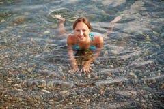 Ragazza su una spiaggia del mare Fotografia Stock