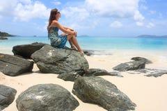 Ragazza su una spiaggia nei Caraibi Immagini Stock Libere da Diritti