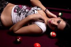 Ragazza su una tabella di snooker Fotografia Stock Libera da Diritti