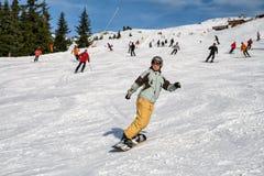 Ragazza su uno snowboard Fotografia Stock