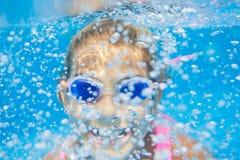 Ragazza subacquea fotografie stock