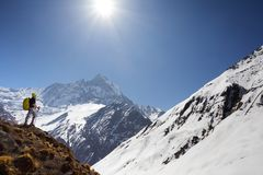 Ragazza sui precedenti della montagna Immagine Stock Libera da Diritti