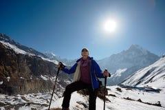 Ragazza sui precedenti della montagna Fotografie Stock