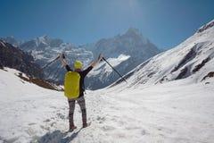 Ragazza sui precedenti della montagna Fotografie Stock Libere da Diritti