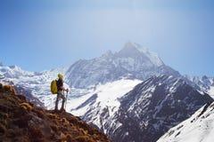 Ragazza sui precedenti della montagna Fotografia Stock Libera da Diritti