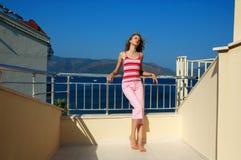 Ragazza sul balcone Fotografie Stock