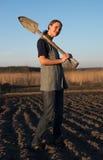 Ragazza sul lavoro di campo la terra al tramonto Immagine Stock Libera da Diritti