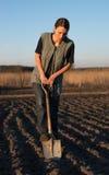 Ragazza sul lavoro di campo la terra al tramonto Fotografie Stock