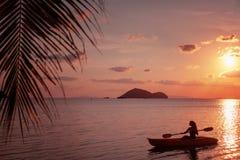 Ragazza sul mare del kajak al tramonto, progettazione sana di stile di vita Sport, sport acquatico di estate di ricreazione immagine stock
