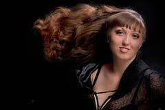 Ragazza sul nero che guarda in avanti, capelli Tousled Fotografie Stock