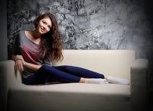 Ragazza sul sofà Fotografia Stock Libera da Diritti