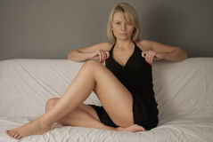 Ragazza sul sofà in studio Fotografia Stock Libera da Diritti