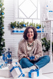 Ragazza sul sorridere del portico del nuovo anno immagini stock