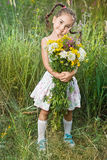 Ragazza sul sorridere dell'erba Fotografia Stock