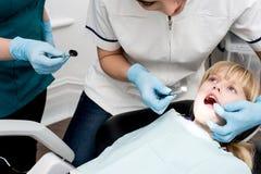 Ragazza sul suo controllo dentario annuale su Immagine Stock