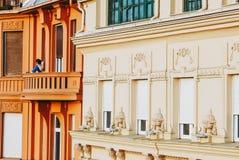 Ragazza sul vecchio e balcone rustico che gode del tramonto a Belgrado Immagini Stock