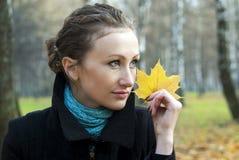 Ragazza sull'autunno della natura Fotografie Stock