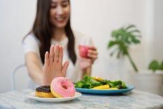 Ragazza sull'essere a dieta per il concetto di buona salute fotografia stock libera da diritti