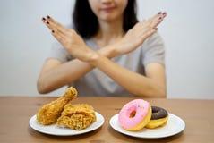 Ragazza sull'essere a dieta per il concetto di buona salute fotografie stock