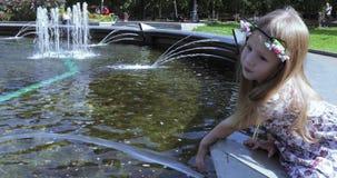 Ragazza sull'orlo della fontana video d archivio