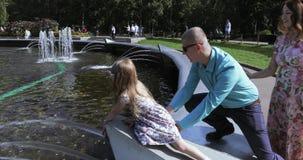 Ragazza sull'orlo della fontana stock footage