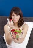Ragazza sulla base che mangia la frutta Immagini Stock Libere da Diritti