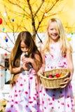 Ragazza sulla caccia dell'uovo di Pasqua Con il coniglietto di pasqua vivente Immagine Stock Libera da Diritti