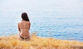 Ragazza sulla costa di mare Fotografia Stock