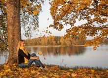 Ragazza sulla costa Sunny Autumn Day del lago fotografia stock libera da diritti
