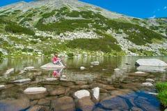 Ragazza sulla montagna Pirin Fotografie Stock Libere da Diritti