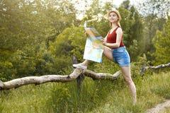 Ragazza sulla natura con il cappello e la mappa Estate Fotografia Stock