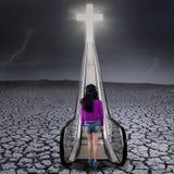 Ragazza sulla passeggiata della terra di siccità al cielo Immagine Stock