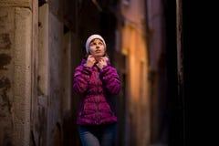 Ragazza sulla passeggiata sulla via alla notte Fotografia Stock Libera da Diritti