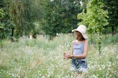 Ragazza sulla priorità bassa dell'erba fotografia stock libera da diritti