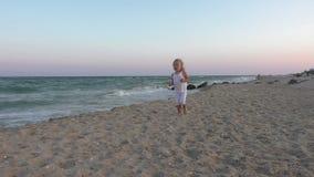 Ragazza sulla spiaggia video d archivio
