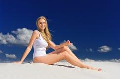 Ragazza sulla spiaggia immagini stock