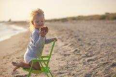 Ragazza sulla spiaggia Fotografia Stock