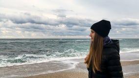 Ragazza sulla spiaggia che esamina la distanza 4K stock footage