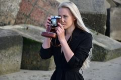 Ragazza sulla spiaggia che fa una foto Fotografia Stock