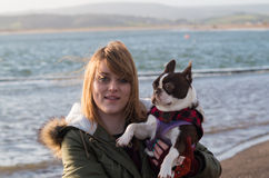 Ragazza sulla spiaggia con Boston Terrier Fotografie Stock