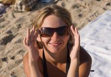 Ragazza sulla spiaggia con i sunglases Immagini Stock Libere da Diritti